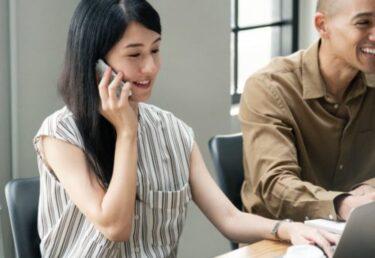 ビジネス英語(電話編):電話応対での基本的な受け方!議論を避け明るいトーンで話す際の例文やフレーズ